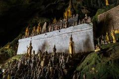 Setki Buddha statuy w?rodku Pak Ou Zawalaj? si?, Luang Prabang w Laos obraz stock