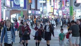 12, 2018 setki ludzie krzyżuje ulicę w Tokio Shibuya, Tokio - Japonia, Czerwiec, - zbiory wideo