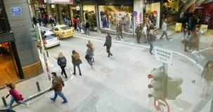 setki pedestrians chodzi w Ateny widoku z lotu ptaka zakupy ulicie zbiory