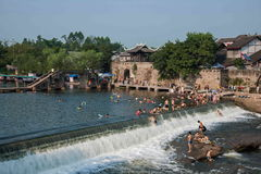 Seto Creek River and enjoy a cool summer pleasure. People use the weekend to enjoy the summer in the cool summer in the Seto River Road Hole River Rongchang Stock Image