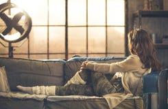 Sett från sidokvinnan i en soffa royaltyfria foton