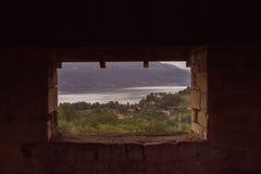 Sett från tornet av Roccaen di Angera till och med ett rektangulärt Royaltyfri Bild