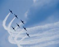 Sette aeroplani del jet con i grembiuli bianchi fotografia stock