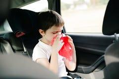 Sette anni del bambino che vomita in automobile Fotografia Stock
