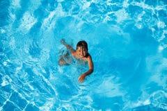 Sette anni felici di nuoto del ragazzo nello stagno Immagine Stock