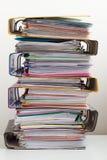 Sette cartelle con i documenti impilati in mucchio sulla tavola Fotografie Stock Libere da Diritti
