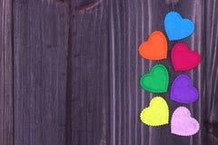 Sette cuori su un fondo di legno scuro Immagini Stock Libere da Diritti