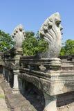 Sette hanno diretto le sculture del Naga all'entrata del parco storico di Phimai in Nakhon Ratchasima, Tailandia Fotografie Stock Libere da Diritti
