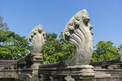 Sette hanno diretto le sculture del Naga all'entrata del parco storico di Phimai in Nakhon Ratchasima, Tailandia Fotografia Stock