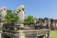 Sette hanno diretto le sculture del Naga all'entrata del parco storico di Phimai in Nakhon Ratchasima, Tailandia Immagini Stock Libere da Diritti