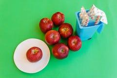 Sette mele e medicine gettate nell'immondizia Immagini Stock