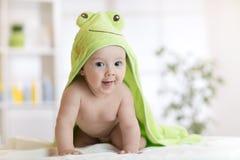 Sette mesi svegli di bambino coperto di asciugamano verde Immagini Stock Libere da Diritti