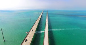 Sette miglia di ponticello Tasti della Florida Siluetta dell'uomo Cowering di affari video d archivio