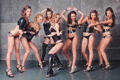 Sette ragazze go-go nel nero con il costume dei diamanti Fotografie Stock Libere da Diritti