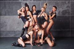 Sette ragazze sexy da discoteca sveglie nel nero con i diamanti Fotografia Stock Libera da Diritti