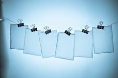 Sette schede sui clothespins fotografia stock