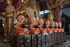 Sette statue ciascuna del monaco del cherubino che giudica una ciotola di tenuta identificata per il giorno della settimana per r fotografia stock libera da diritti