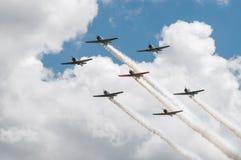 Sette texani AT-6 con le tracce del fumo Fotografie Stock