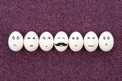Sette uova sulla sabbia porpora. Immagini Stock Libere da Diritti