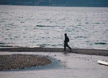 Settembre del 2018 del lago Bellano Como - Italia - pescatore che cammina lungo il lago Como in un piccolo villaggio - Lombardia fotografia stock libera da diritti