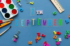 7 settembre Giorno 7 del mese, di nuovo al concetto della scuola Calendario sul fondo del posto di lavoro dello studente o dell'i Immagini Stock