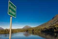 1° settembre 2016 - il segno legge le montagne di Kenai ed il lago Kenai, Alaska Immagini Stock