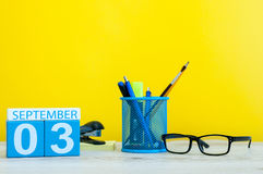 3 settembre Immagine del 3 settembre, calendario su fondo giallo con gli articoli per ufficio Di nuovo al concetto del banco Fotografia Stock