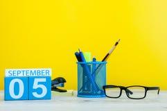 5 settembre Immagine del 5 settembre, calendario su fondo giallo con gli articoli per ufficio Di nuovo al concetto del banco Fotografia Stock Libera da Diritti