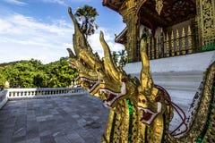 20 settembre 2014: Le statue del Naga al biancospino Pha battono il tempio nella L Fotografie Stock Libere da Diritti