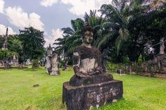 26 settembre 2014: Le statue di pietra buddisti in Buddha parcheggiano, il Laos Immagine Stock