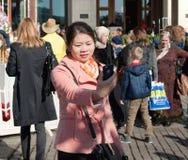Settembre 2017, Mosca, Russia La ragazza asiatica fa un selfie al quadrato di Manege Fotografie Stock