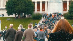 17 settembre 2017 - Oktoberfest, Monaco di Baviera, Germania: la folla della gente che cammina e si diverte intorno al festival d stock footage