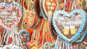 17 settembre 2017 - Oktoberfest, Monaco di Baviera, Germania: Le decorazioni multicolori del pan di zenzero del lotto sono appese archivi video