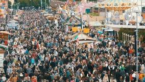 17 settembre 2017 - Oktoberfest, Monaco di Baviera, Germania: Punto di vista della folla enorme della gente che cammina intorno a archivi video