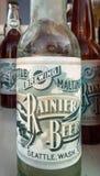 15 settembre 2018 - Skagway, AK: Bottiglie di birra d'annata della replica rustica nel salone della mascotte fotografia stock libera da diritti