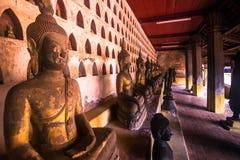 25 settembre 2014: Statue buddisti in tempio di Sisaket in Vienti Fotografia Stock