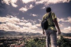 20 settembre 2014: Viaggiatore alla cima del supporto di Phousi nel Laos Fotografia Stock Libera da Diritti
