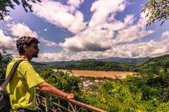 20 settembre 2014: Viaggiatore che esamina il Mekong in Luang Prabang Fotografie Stock Libere da Diritti