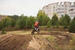 24 settembre 2016 - Volgsk, Russia, corsa trasversale di moto del MX - concorrenza vicino ai distretti Fotografia Stock