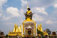 Setthathirat国王雕象和金黄pagada 库存图片