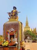 Setthathirath国王雕象和Pha那座Luang塔万象 免版税库存图片