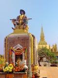 Setthathirath国王雕象和Pha Luang塔万象, L 库存照片