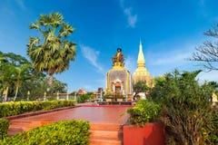 Setthathirath国王雕象和Pha Luang塔万象, L 免版税库存图片
