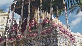 Settimana santa di Cadice, vergine sotto il baldacchino video d archivio