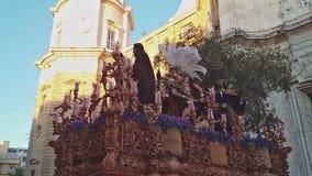 Settimana santa, la processione lascia la cattedrale stock footage