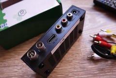 Settopbox voor het ontvangen van video en TV-signaal Tijd te selecteren Details en close-up stock fotografie