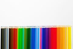 Sety kolorowi ołówki na białej księdze obraz stock