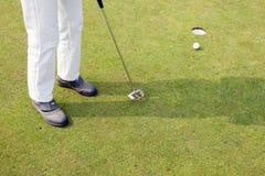 Setzen auf das Grün des Golffeldes Lizenzfreie Stockfotos