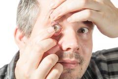 Setzen auf eine Kontaktlinse stockbild