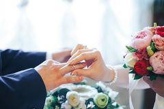 Setzen auf einen Hochzeitsring Lizenzfreie Stockbilder